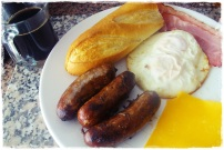 |Pao + bacon + Salsichas brasileiras + dois ovos (frito em oleo) + cheddar = rebolei mesmo! eehehe