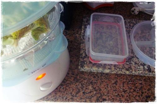 Preparar as Marmitas. Prefiro os legumes cozinhador a vapor (as vezes dá preguiça de fazer na maquina lool)