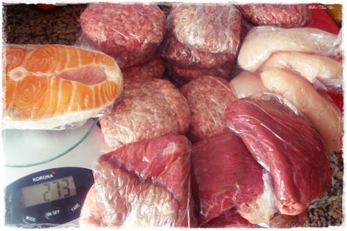 Pesar as carnes e embrulhar em papel aderente (rende mais que sacos de plastico)