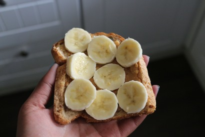 Banana + manteiga de amendoim + pão