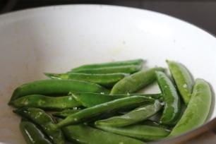 Ervilhas salteadas em azeite e sal durante 3/4 minutos